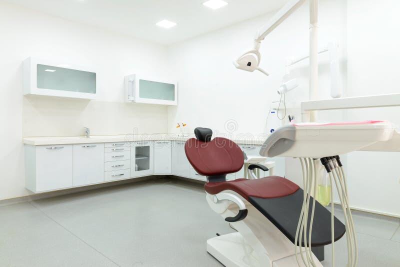 Innenraum des neuen modernen zahnmedizinischen Klinikbüroraumes stockfotos