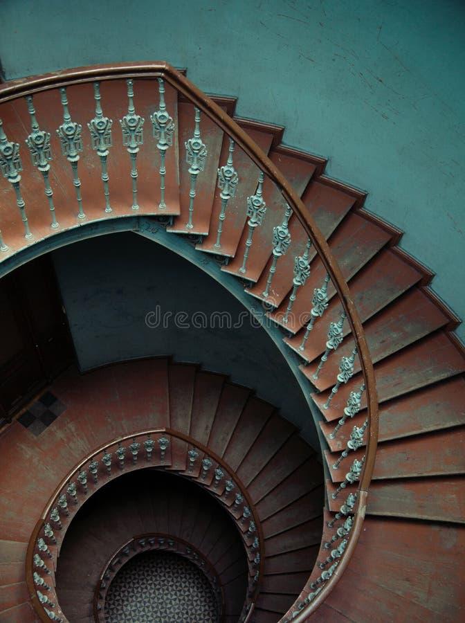 Innenraum des Palastes mit der gewundenen Treppe lizenzfreie stockfotos