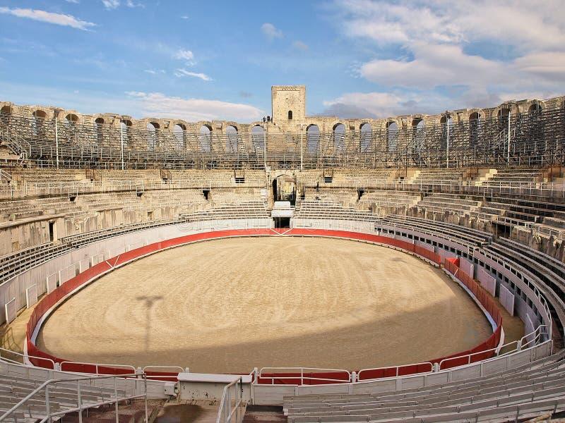 Innenraum des römischen Amphitheatre mit Arena und Zuschauertribünen in Arles, Frankreich stockfoto