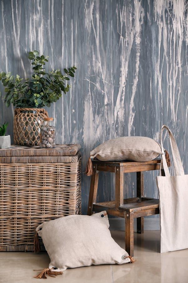 Innenraum des Raumes in eco Art mit Weidenkasten und Grünpflanzen lizenzfreie stockfotografie