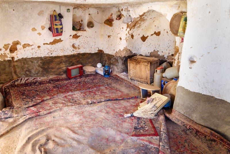 Innenraum des Raumes im Höhlenhaus im Felsendorf Kandovan iran stockfotografie