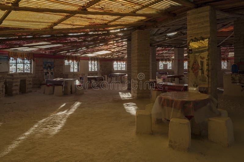 Innenraum des Salz-Luna Salada-Hotels, das von den Salzziegelsteinen gemacht wird, nähert sich Salzsee Salar de Uyuni, Bolivien - stockfotografie