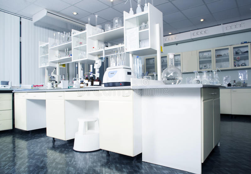Innenraum des sauberen modernen weißen Laborhintergrundes Laborkonzept stockbilder