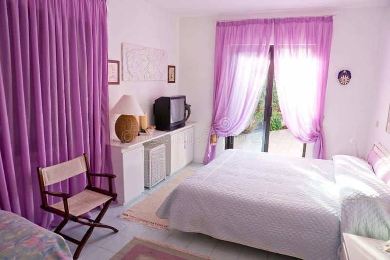 Innenraum des schönen Schlafzimmers mit großem Fenster. lizenzfreie stockbilder