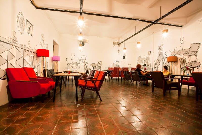 Innenraum des städtischen Restaurants mit einigen Besuchern stockfoto