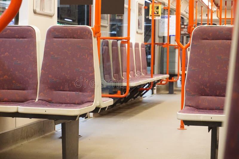 Innenraum des Wagens der U-Bahn (Untergrund, Metro) in Prag (Tschechische Republik, in Europa) lizenzfreies stockbild