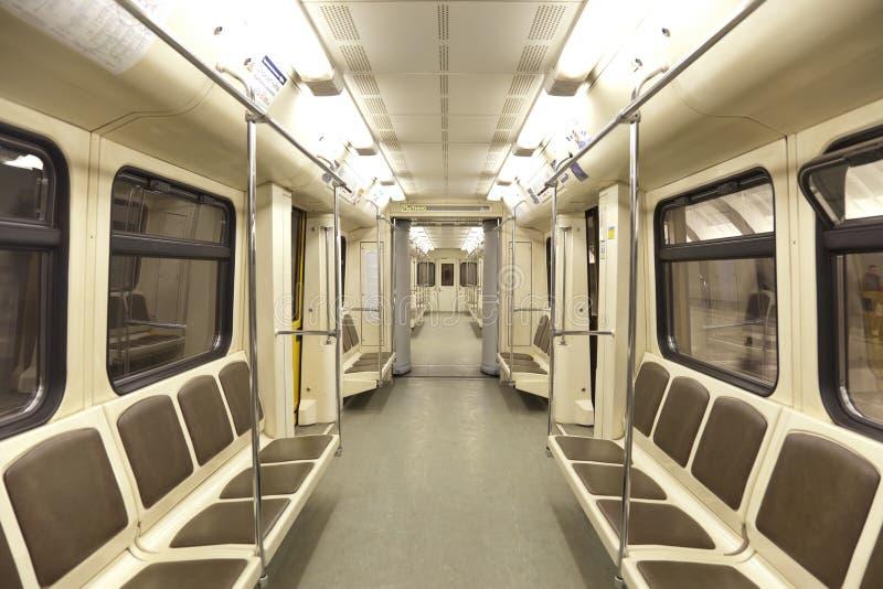 Innenraum des Wagens in Moskau-Metro, stockfoto