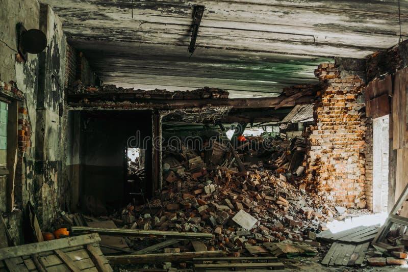 Innenraum des zerstörten Gebäudes durch Erdbeben oder Krieg, Stapel von Ziegelsteinen und Abfall lizenzfreie stockfotografie