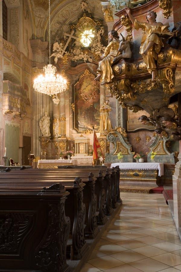 Innenraum einer katholischen Kirche stockfotos