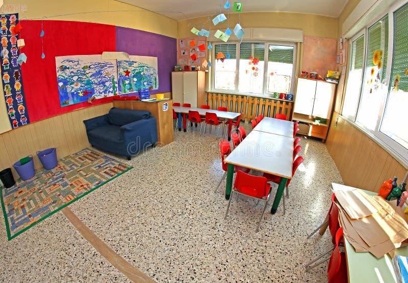 Innenraum einer Klasse Kinder ohne Schulkinder stockbild