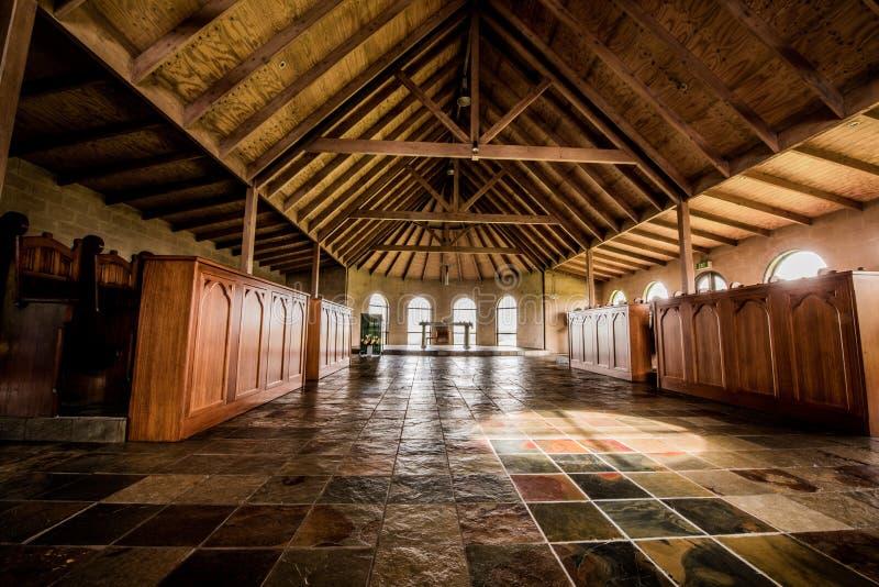 Innenraum einer ländlichen Kirche lizenzfreie stockfotos