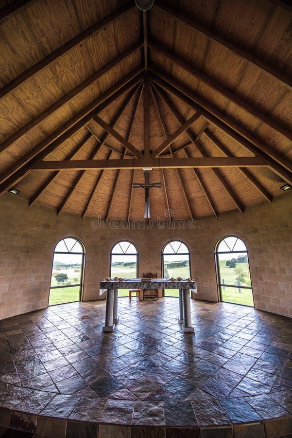 Innenraum einer l?ndlichen Kirche lizenzfreie stockfotos