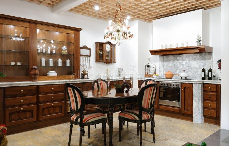 Innenraum einer Luxusküche stockbild