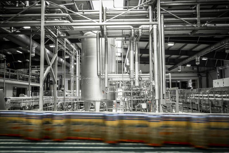 Innenraum einer modernen Brauerei, Ausrüstung, Werkzeuge, Bierdose stockbilder
