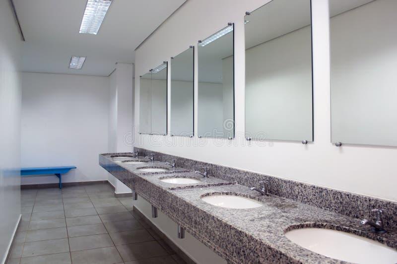 Innenraum einer Toilette mit Spiegeln stockfotos