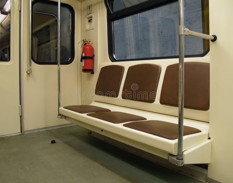 Innenraum einer Untergrundbahn lizenzfreie stockfotos