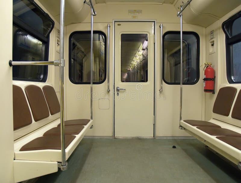 Innenraum einer Untergrundbahn lizenzfreie stockbilder