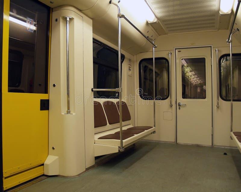 Innenraum einer Untergrundbahn stockbild