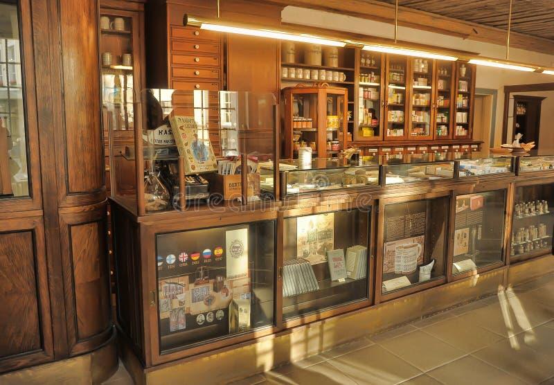 Innenraum eines alten Drugstores lizenzfreie stockfotografie