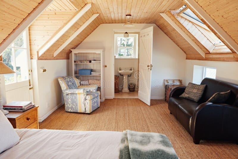 Innenraum eines Dachbodenschlafzimmers mit Badezimmer in einem Haus stockfoto