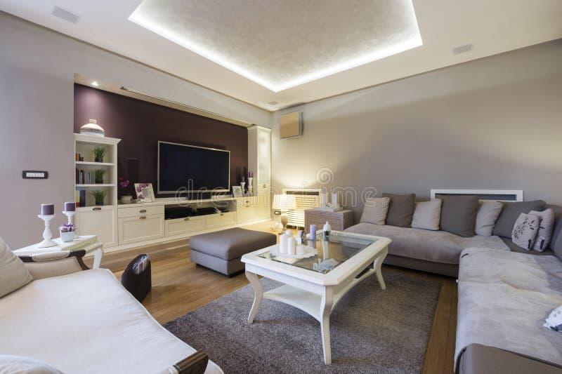 Innenraum eines geräumigen Luxuswohnzimmers stockbild