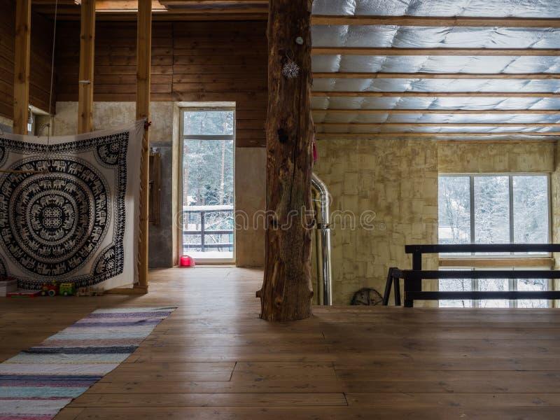 Innenraum eines hölzernen Hauses Geräumiges Holzhaus lizenzfreie stockfotografie