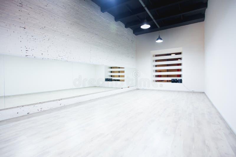 Innenraum eines leeren Tanz- und Eignungsstudios mit Dachbodendesign und großen Spiegeln stockfotografie