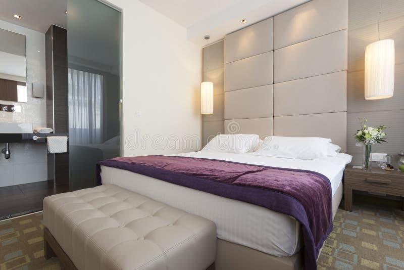 Innenraum eines Luxushotelschlafzimmers mit Badezimmer stockbilder