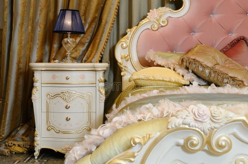 Innenraum eines Luxusschlafzimmers lizenzfreie stockbilder