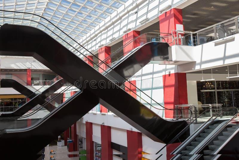 Innenraum eines modernen Einkaufszentrums lizenzfreies stockfoto