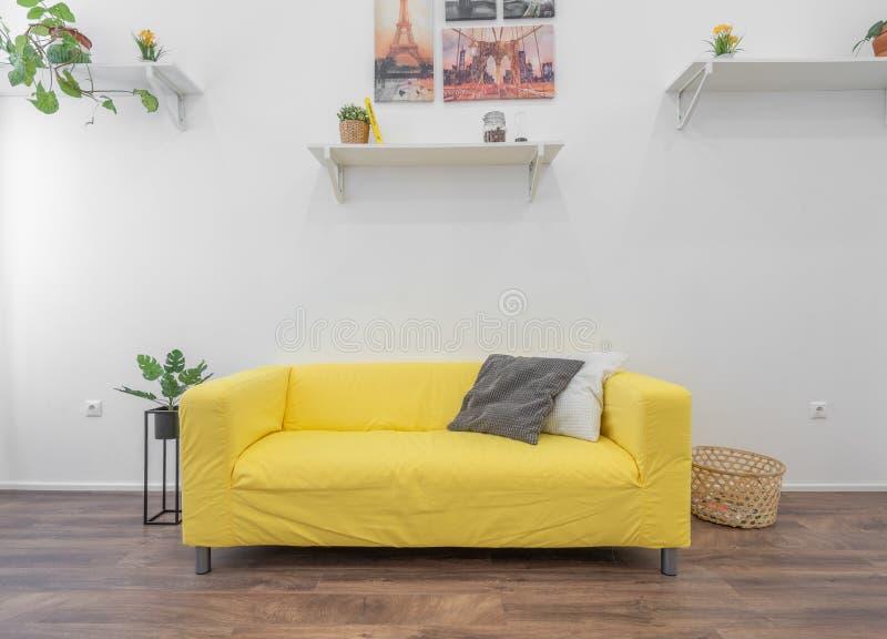 Innenraum eines modernen Hauses mit einer gelben Couch stockbild