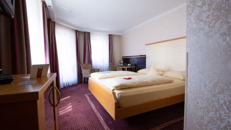Innenraum eines Ramada-Hotelzimmers mit einem Bett stockfoto