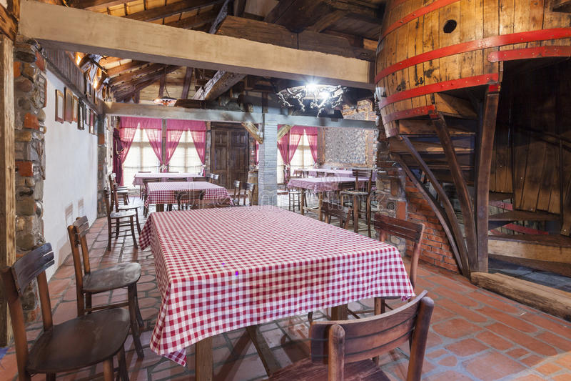 Innenraum eines rustikalen Weinrestaurants lizenzfreie stockfotos