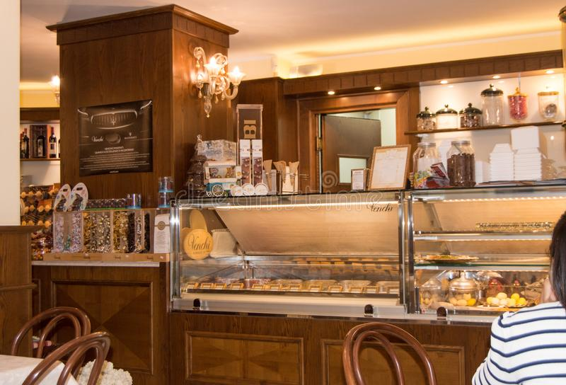 Innenraum eines traditionellen italienischen Cafés in Cagliari, Sardinien, Italien 9. Oktober 2018 lizenzfreie stockfotos