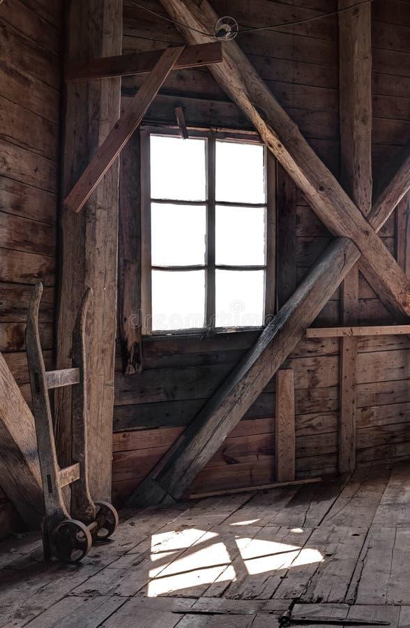 Innenraum eines verlassenen Holzhauses lizenzfreies stockfoto