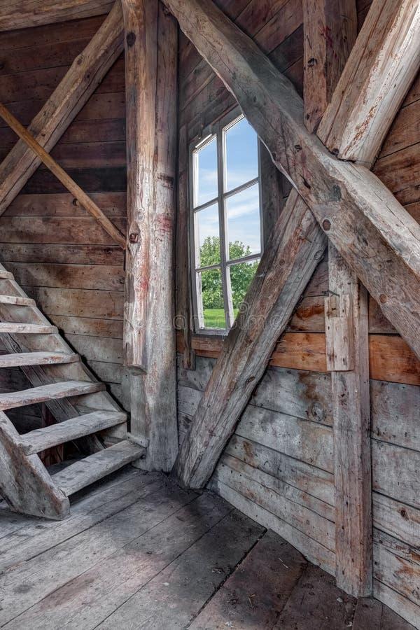 Innenraum eines verlassenen Holzhauses mit Treppenhaus lizenzfreie stockfotografie