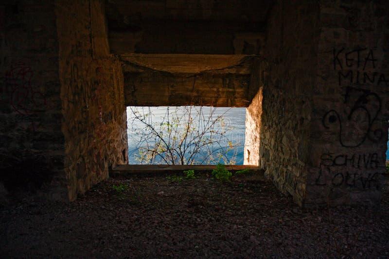 Innenraum eines verlassenen Industriegebäudes lizenzfreies stockbild