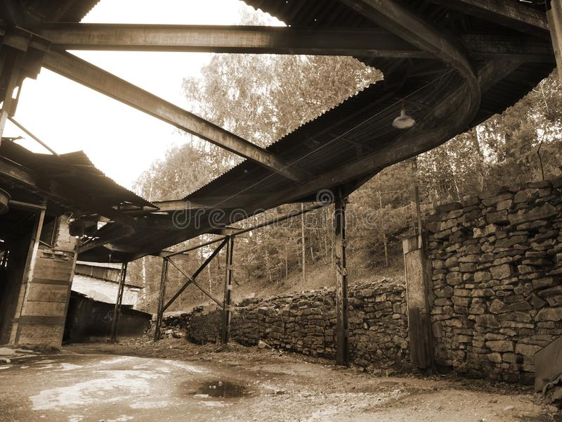 Innenraum eines verlassenen Wasserkraftwerks, Sepia stockfoto