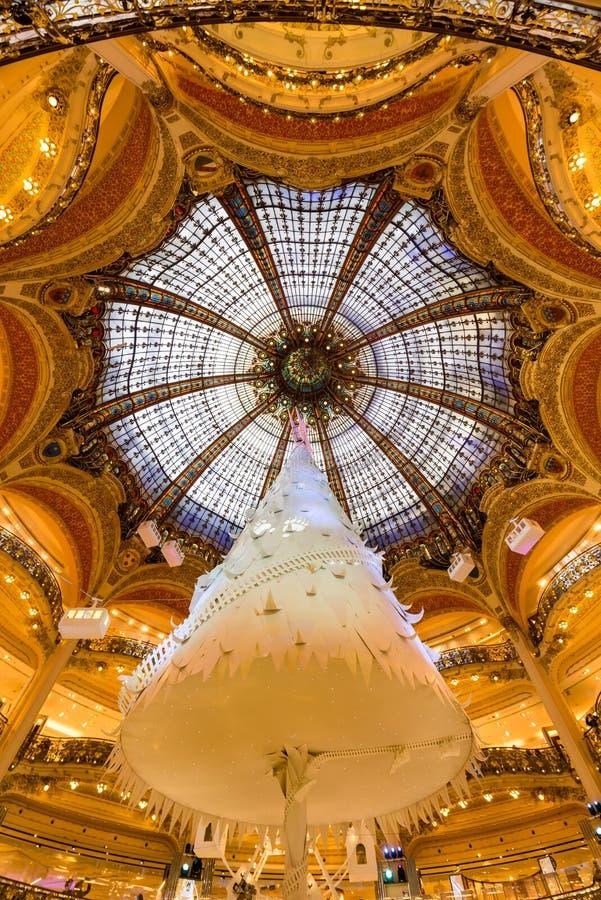 Innenraum Galerie-Lafayettes Haussman mit Glaskuppel am Weihnachten Paris, Frankreich stockfotografie
