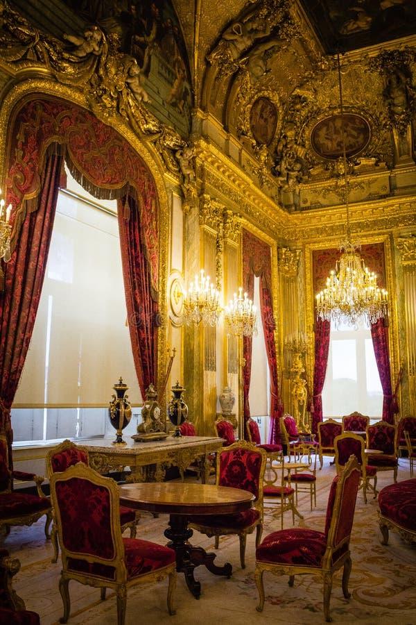 Innenraum im Louvre lizenzfreie stockbilder