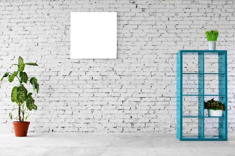 Innenraum im weißen Ziegelstein mit einem Bücherregal stockbild