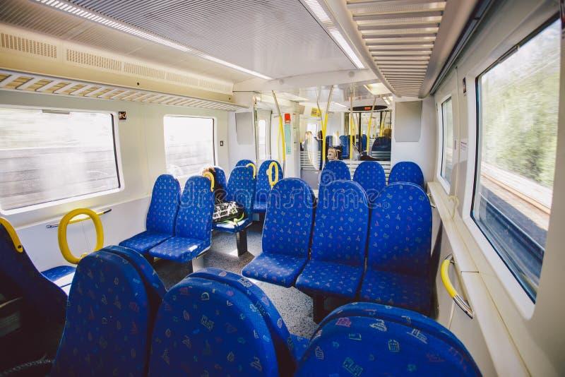 Innenraum innerhalb des Sitzes des Blaus in einem regionalen Zug in Schweden Konzept des Transportes und der Eisenbahn lizenzfreie stockbilder