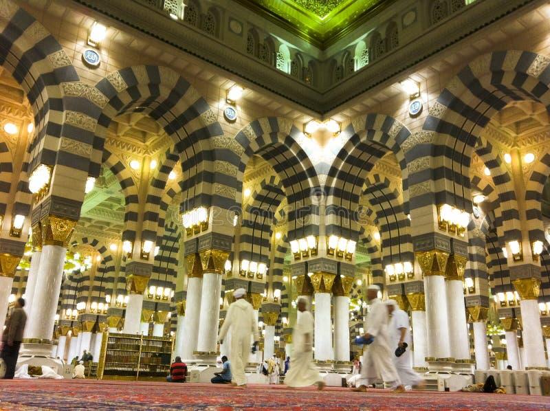 Innenraum Masjid (Moschee) des Als Nabawi in Medina lizenzfreie stockbilder