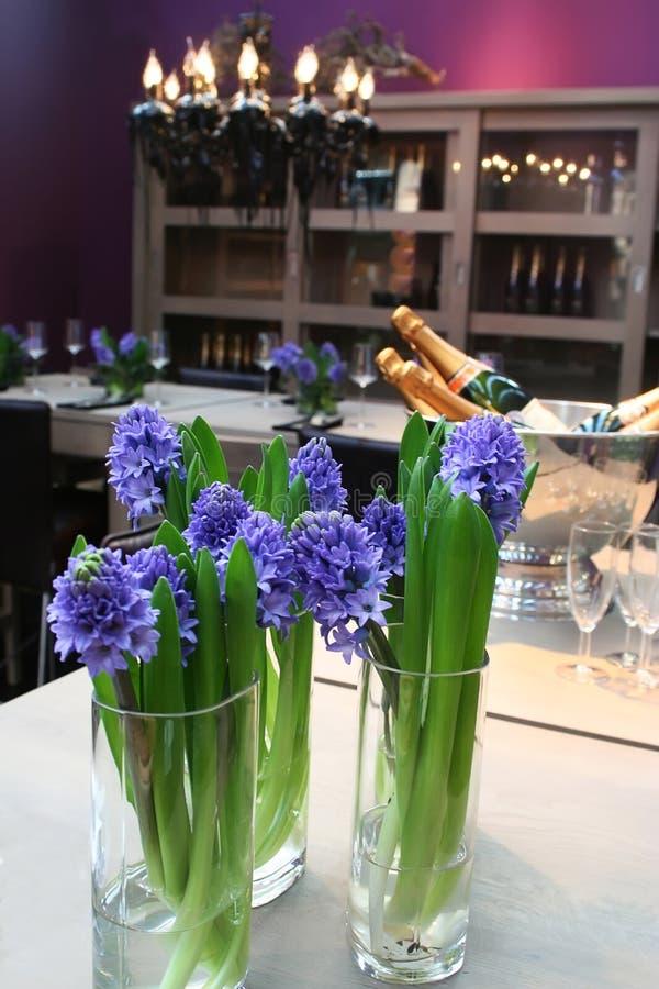 Innenraum mit Frühlingsblumen lizenzfreie stockfotos