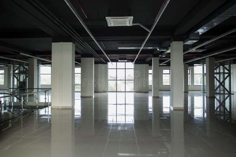 Innenraum mit großen Fenstern und weißen Wänden lizenzfreie stockfotos