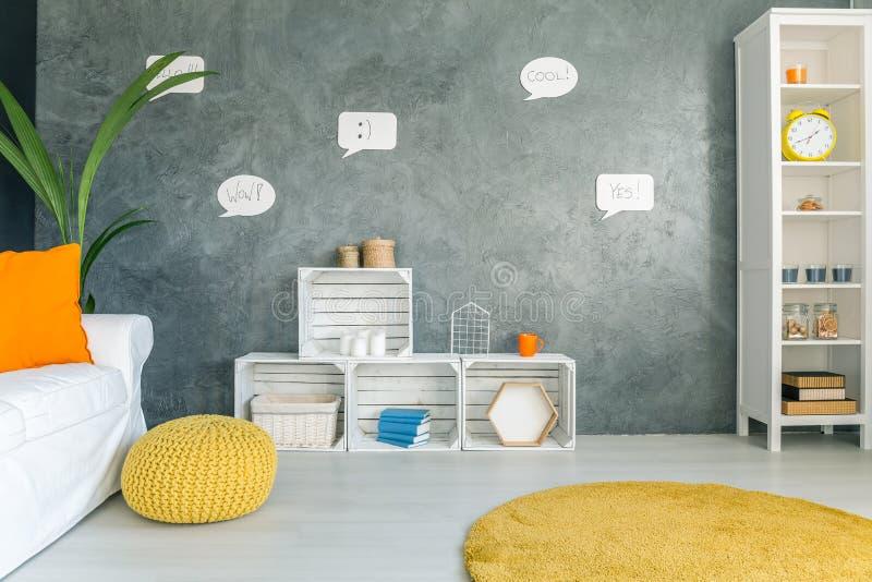 Innenraum mit Sofa und Kaktus lizenzfreie stockbilder