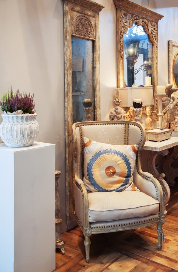 Innenraum mit Stuhl stockfotos