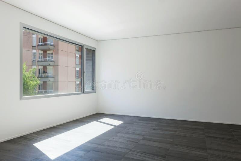 Innenraum, Raum mit weißen Wänden und Fenster lizenzfreies stockfoto