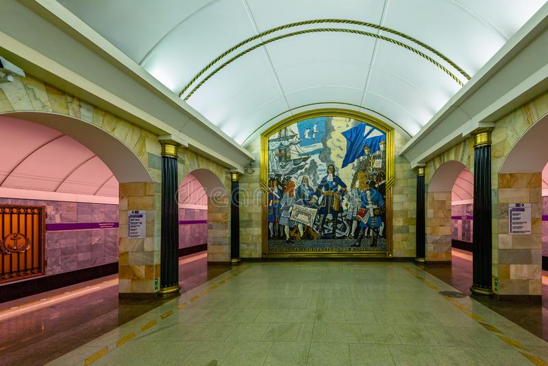 Innenraum und Plattform der Metrostation Admiralteyskaya Admiralität, die tiefste Metrostation in der Stadt von StPetersburg, Rus lizenzfreies stockfoto