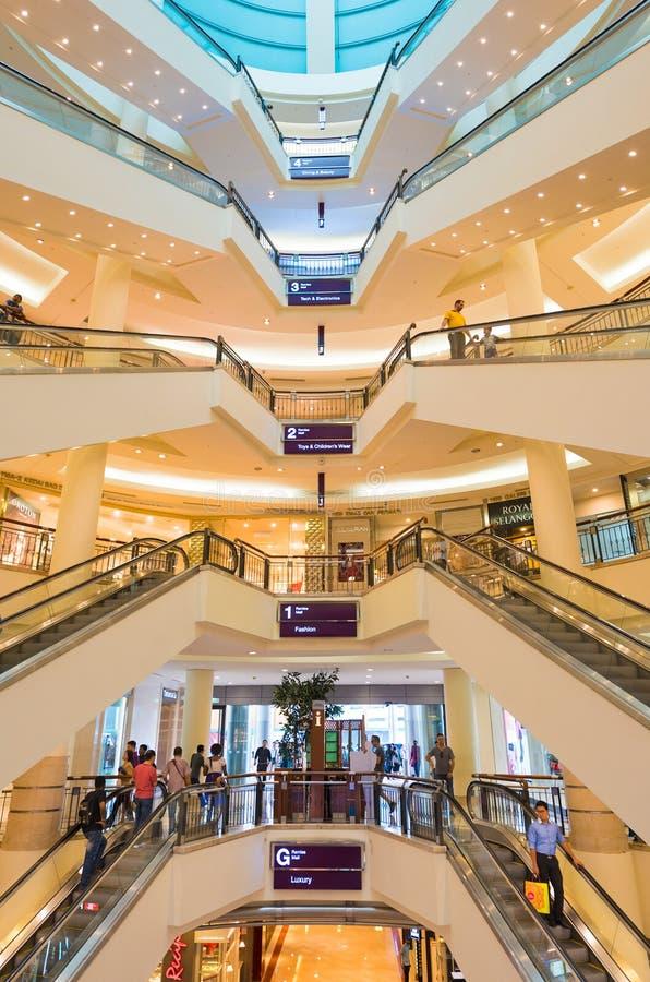 Innenraum von Einkaufszentrum Suria KLCC stockbild